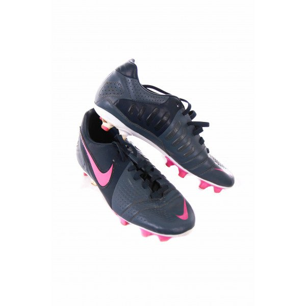 NIKE GREY AND PINK SOCCER CLEATS *SIZE KIDS 5 OR ADULT 7 *EUC
