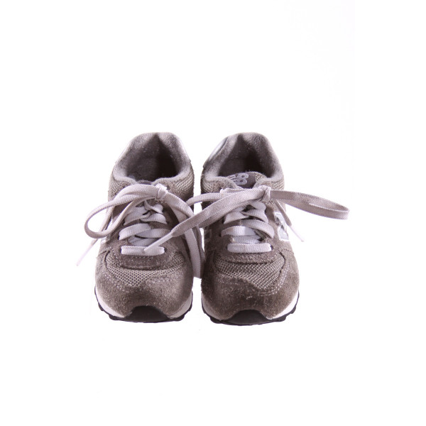 NEW BALANCE GRAY SNEAKERS *SIZE 5, VGU - MINOR WEAR AND DISCOLORATION
