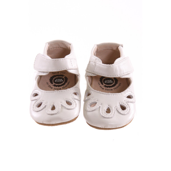 LIVIE & LUCA WHITE SHOES *SIZE 6-12 MONTHS = APPROX 3, VGU - MINOR SCUFFING AND SOME TINY MARKS