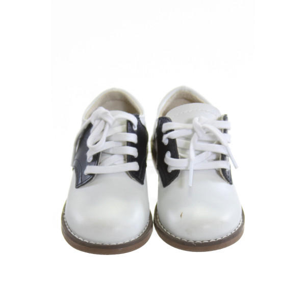 FOOTMATES WHITE AND NAVY BLUE LEATHER SHOES *SIZE 6, VGU - VERY MINOR DISCOLORATION AND A COUPLE SPOTS